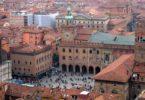Туры в Болонью (северная Италия) — это возможность отлично организовать свой отдых с помощью туристического агентства и чудесно провести время. А для экономии можно купить горящие туры в Италию, стоимость которых невелика и позволяет сэкономить до 25% выделенных на отдых средств. Этот город знаменит во всем мире благодаря одному из самых популярных и уважаемых в Европе древнейших университетов, по имени которого и названа Болонья. Университет был основан в XI веке, и до сегодняшнего дня здесь накопилось множество достопримечательностей, памятников архитектуры, научных и развлекательных заведений, на которые приезжают полюбоваться туристы со всего мира. Поскольку это один из самых крупных в Европе выставочных центров, сюда слетаются на экскурсии путешественники из разных стран. Здесь постоянно проводятся международные ярмарки и выставки. Мотор-шоу, Комопроф, Линеа Пелле известны всем, поэтому в Болонье всегда можно встретить людей разных национальностей. Тот, кто приезжает сюда на отдых, будет счастлив обратиться к лучшим образцам мировой культуры и искусства. В Болонье достаточно красивейших кинотеатров, музеев с увлекательными экспозициями, концертных залов, а также монастырей и церквей с шедеврами знаменитых мастеров. Все, кто хоть раз побывал в Болонье, по праву называют ее кулинарной столицей страны. Только здесь можно насладиться настоящими шедеврами итальянской кухни, среди блюд которой особенно ценятся отбивная по-болонски, свиная ножка, фаршированная всякими вкусностями, мортаделла — необычная итальянская колбаса. Кафы и рестораны открыты для посещений, и здесь можно встретить путешественников из разных точек мира. Что касается достопримечательностей Болоньи, одна из самых уникальных архитектурных памяток города начала XI столетия — церковь Гроба Господня, ее называют Сан-Сеполькро. Здесь можно увидеть копию гроба, в котором, по библейскому преданию, покоился Иисус. Для путешественников особенно интересна также гробница святого Петрония, покровителя этого го